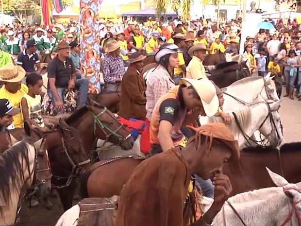 Vaqueiros participam de uma missa e de uma cavalgada na cidade de Balsas (Foto: Reprodução/TV Mirante)