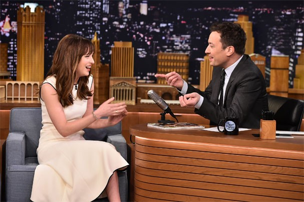Dakota se diverte durante a entrevista com Jimmy Fallon (Foto: Getty Images)