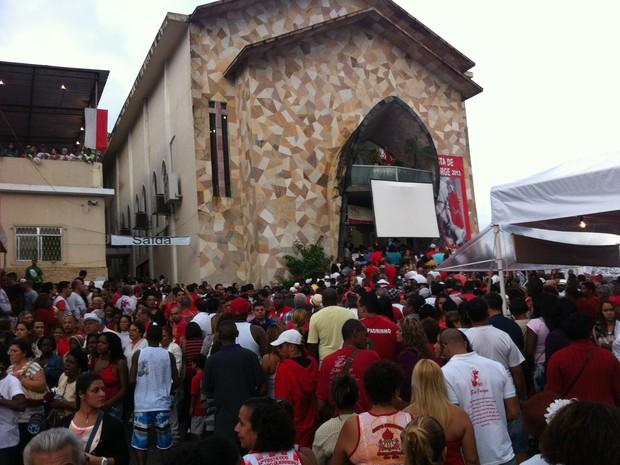 Fiéis lotam a igreja em Quintino, no Subúrbio do Rio, na manhã desta terça-feira (23).  (Foto: Renata Soares/G1)