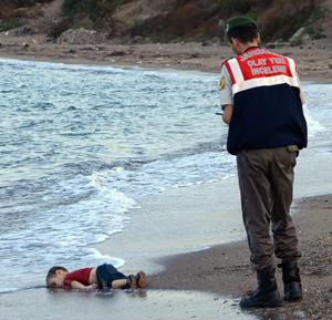 Foto icônica mostra o sírio Alan Kurdi, de 3 anos, após morrer em naufrágio na Turquia (Foto: Nilüfer Demir/AP)