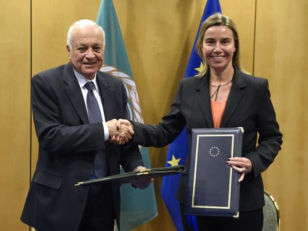 A chefe da diplomacia europeia, Federica Mogherini, cumprimenta o secretário-geral da Liga Árabe, Nabil el Arabi, em reunião em Bruxelas, na segunda-feira (19) (Foto: AFP Photo/John Thys)