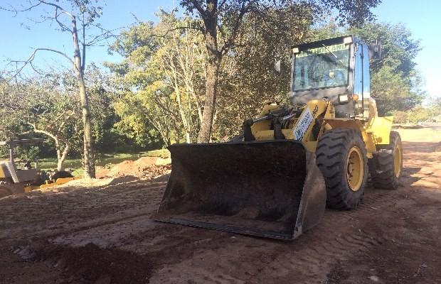 Máquinas fazem o nivelamento do parque com a rua para a construção de calçamento, em Goiânia, Goiás (Foto: Reprodução/ TV Anhanguera)