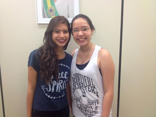 Danielle Oliveira e Vitória Régia Gaia estão ansiosas para experiência no exterior (Foto: Jéssica Alves/G1)