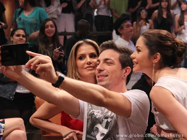 Di Ferrero faz foto com Deborah Secco e Maria Melilo (Foto: TV Globo/Altas Horas)