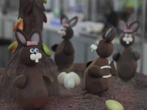 Coelhos e ovos de páscoa são inspiração para escultores de chocolate (Foto: Alexandre Yuri / G1)