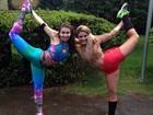 Bailarinas do Faustão mostram que são flexíveis em poses inusitadas