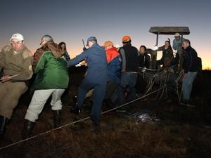 Foi necessária ajuda de outras guarnições para puxar socorrista e criança do penhasco (Foto: Antonio da Luz/Portal Sul in Foco)
