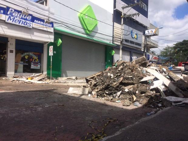 Escombros retirados de farmácia que teve explosão e pegou fogo em Camaçari (Foto: Juliana Almirante/G1)