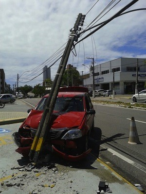 Carro ficou com destruído após ser atingido por poste em avenida na Zona Sul de Natal (Foto: Carlos LIma/Inter TV Cabugi)