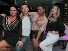 Solange Gomes investe em look decotado para comemorar 41 anos