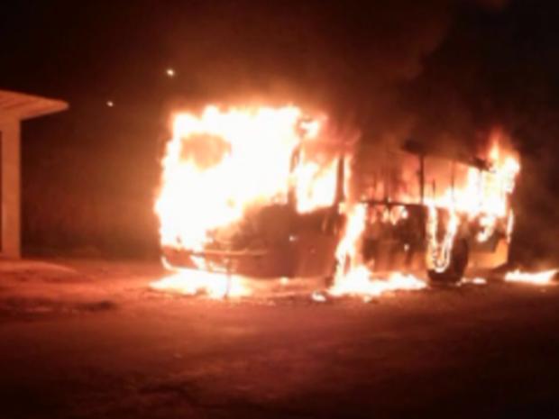 Ônibus foi incendiado no bairro Santa Luíza, em Machado (Foto: Reprodução EPTV)