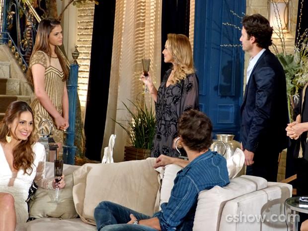 Luiza encaram Shirley (Foto: Em Família/ TV Globo)