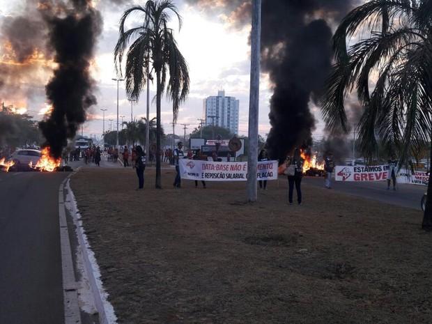 Servidores ateiam fogo em pneus na ponte FHC (Foto: Divulgação/Sisepe)