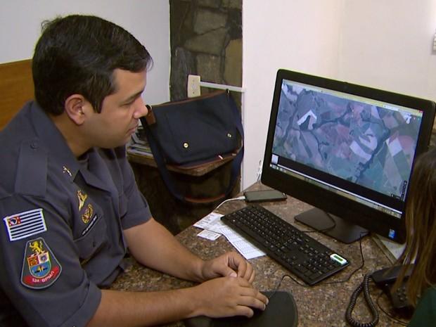 Capitão da PM explica que coordenadas geográficas levarão policiais mais rapidamente até às ocorrências (Foto: Carlos Trinca/EPTV)