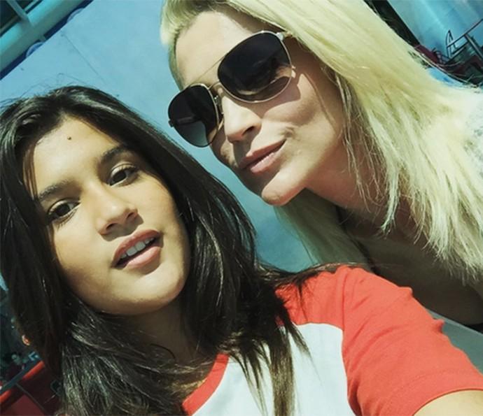Flavia Alessandra e Giulia Costa fazem selfie no aeroporto (Foto: Reprodução)