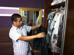 Wilsirley Silva mostra o guarda roupa e afirma que a mulher era vaidosa (Foto: Diego Souza)