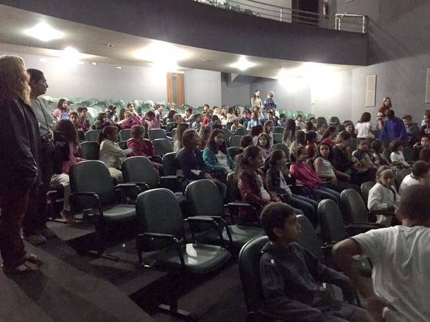 O Teatro Sílvio de Matos, em Itaúna, recebe nos dias 22, 23, 29, 30 de junho e no dia 1º de julho o projeto Cine Criança. O objetivo é inserir e estimular as crianças a se interessarem pela arte, música, dança e o teatro. O projeto realizado pela Gerência (Foto: Prefeitura de Itaúna/Divulgação)