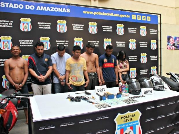 Daniel e Herico (esq) foram detidos por receptação; Paulo, Joelson, Felipe, Natanael e Kezia faziam adulterações, afirma polícia (Foto: Suelen Gonçalves/G1 AM)