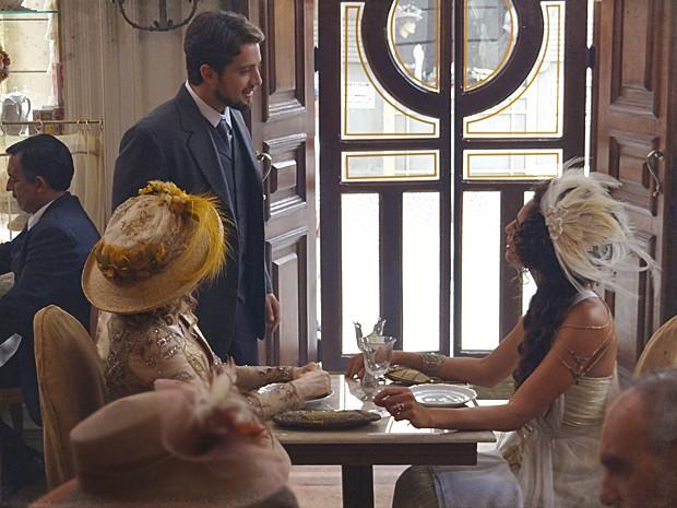 Sem pudor, Albertinho interrompe a conversa de Diva e Isabel (Foto: Lado a Lado / TV Globo)