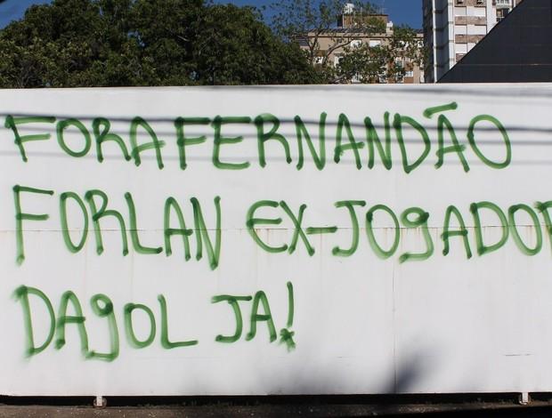 Muro é pichado com pedido de saída de Fernandão e Forlán  (Foto: Diego Guichard / GLOBOESPORTE.COM)
