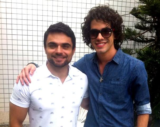 Daniel Viana entra no clima do The Voice Brasil com o cantor Sam Alves (Foto: Se Liga VM / Produção)
