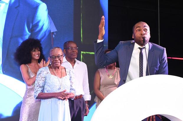 Lázaro Ramos faz discurso ao receber o prêmio em Literatura (Foto: Cleiby Trevisan)