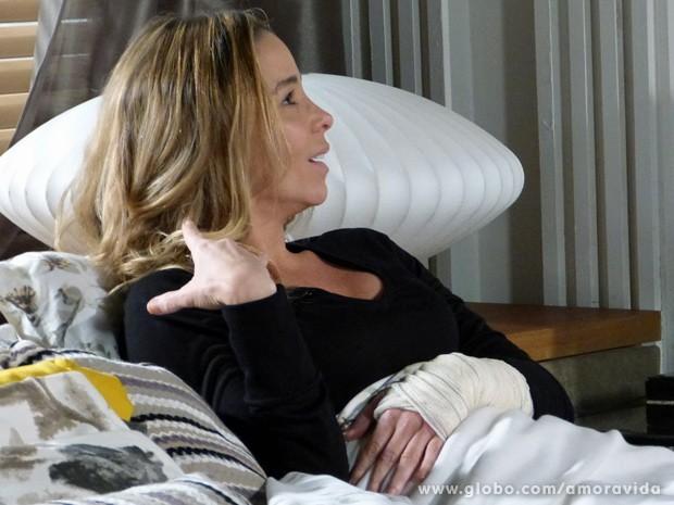 Na maior cara de pau, Amarilys acusa Niko pelo acidente que ela sofreu... (Foto: Amor à Vida / TV Globo)