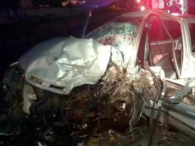 Carro ficou destruído após acidente (Foto: Jefferson Teixeira/Blog Verdinho Itabuna)