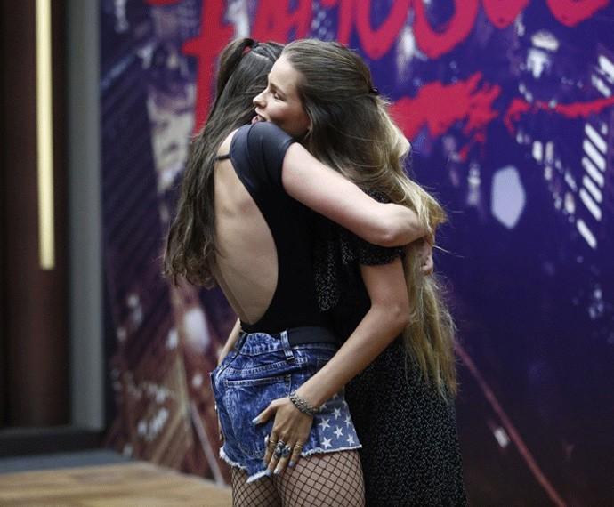 Agatha Moreira e Yasmin Brunet se abraçam!  (Foto: Raphael Dias / Gshow)
