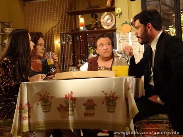 Maciel gosta de saber que Atílio e Márcia vão se casar (Foto: Amor à Vida / TV Globo)