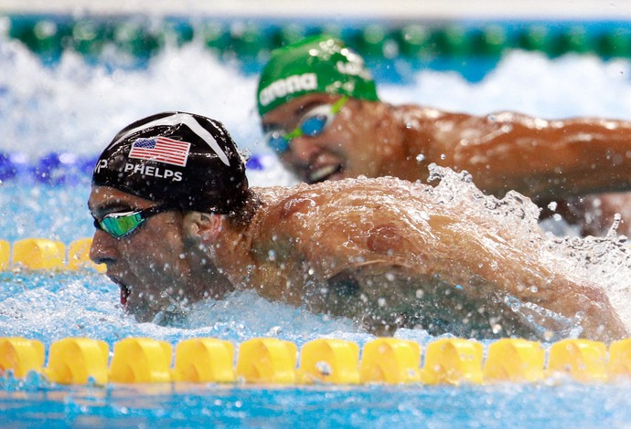 GALERIA - Michael Phelps lidera final dos 200m borboleta diante do olhar do sul-africano Chad le Clos (Foto: Adam Pretty/Getty Images)