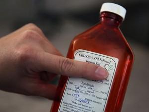Óleo preparado com base em uma variedade especial de maconha ajudou criança na recuperação (Foto: Brennan Linsley/AP)