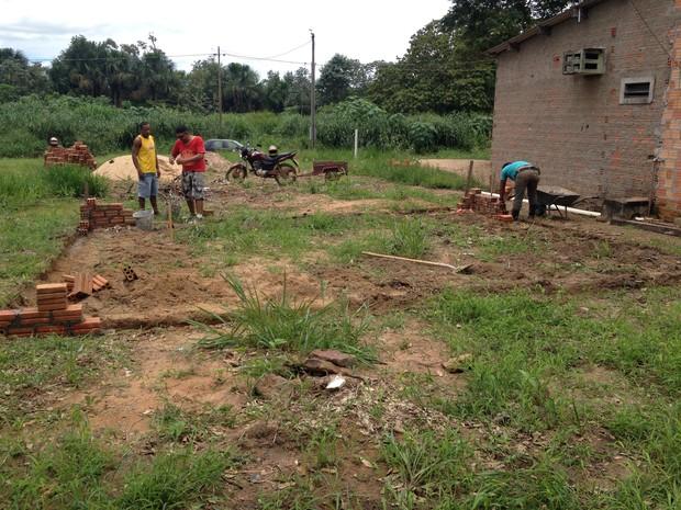 Algumas pessoas se uniram e decidiram construir, gratuitamente, uma nova casa para a família.  (Foto: Junior Freitas/G1)