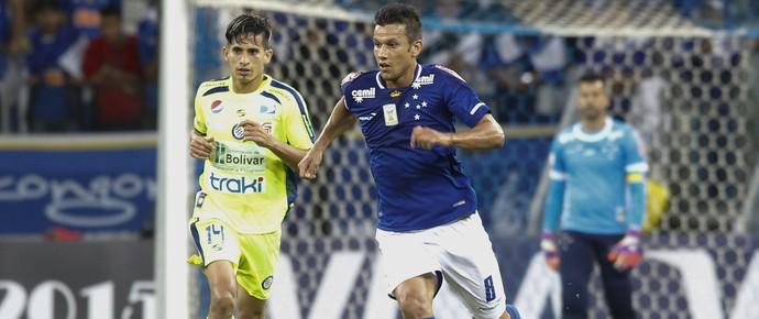 Henrique, volante do Cruzeiro, no jogo contra o Mineros (Foto: Gualter Naves / Light Press)