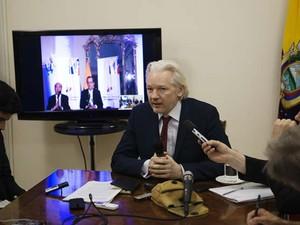 O fundador do WikiLeaks Julian Assange fala à imprensa dentro da embaixada do Equador em Londres nesta quinta (19) (Foto: AFP Photo/ Sunshine Press Productions/ Gian Paul Lozza)