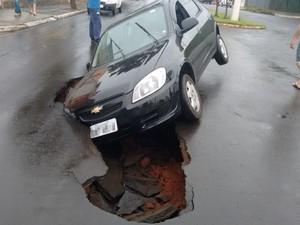 Carro fica 'entalado' em avenida de Pederneiras nesta segunda-feira (Foto: Divulgação/Arquivo pessoal)