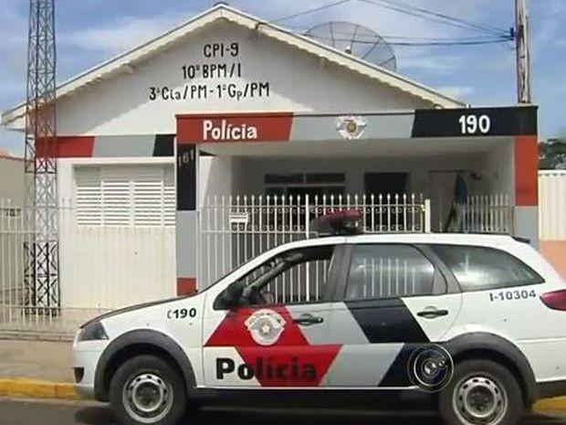 Base e viatura da Polícia Militar foram alvejadas pelos criminosos (Foto: Reprodução/TV TEM)