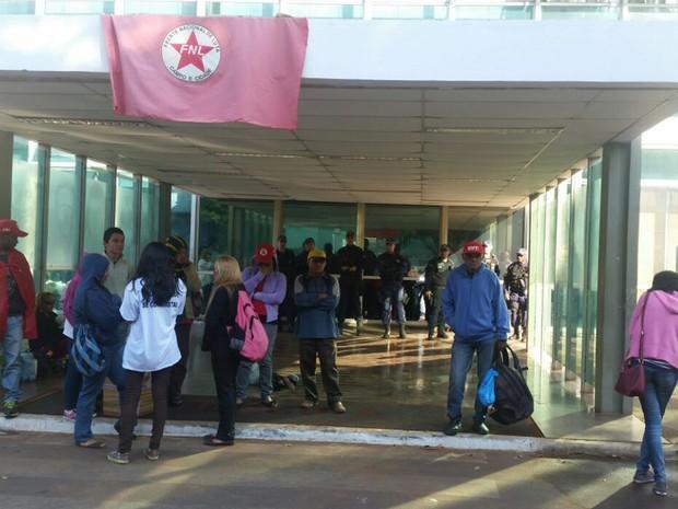 Manifestantes ocupam prédio do antigo Ministério do Desenvolvimento Agrário, na Esplanada (Foto: Polícia Militar/Divulgação)