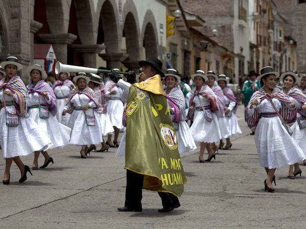 Bailarinas com roupas tradicionais festejam em Ayacucho, Peru (Foto: Martin Mejía / AP)
