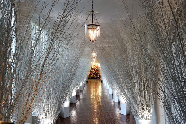 WASHINGTON, DC - NOVEMBER 27:  Christmas decorations in a hallway of the East Wing of the White House during a press preview of the 2017 holiday decorations November 27, 2017 in Washington, DC. The theme of the White House holiday decorations this year is (Foto: Getty Images)