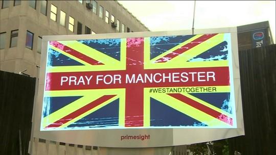 """""""Sofro com vocês"""", diz emocionado Cantona, eterno ídolo em Manchester"""