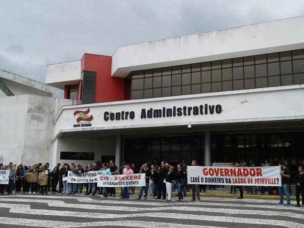 Manifestantes protestam em frente à sede administrativa do governo de SC (Foto: Julio Ettore/RBSTV)