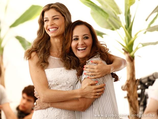 Ester e Guiomar são só alegria com o sucesso (Foto: Flor do Caribe / TV Globo)