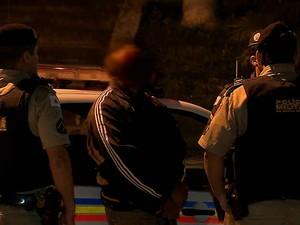 Suspeito foi levado para delegacia em JF (Foto: Reprodução/ TV Integração)