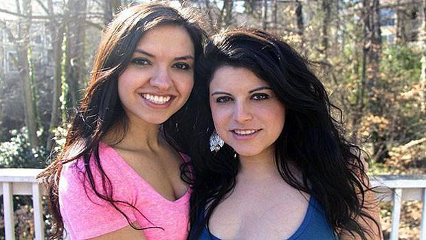 Chrissy e a parceira, Bria (dir.) perderam milhares de assinantes depois de divulgação de vídeo. (Foto: Divulgação/BBC)