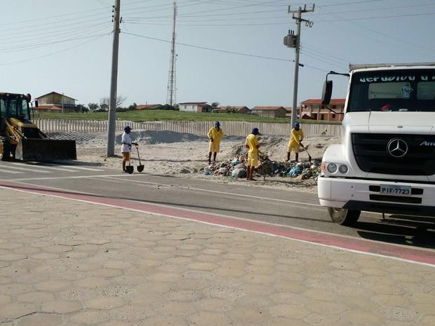 Acúmulo de lixo foi registrado nas praias do Piauí após o carnaval (Foto: Reprodução/G1)