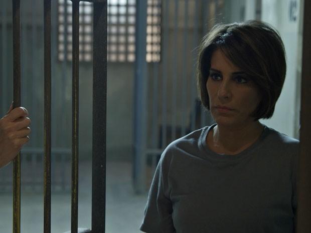 Beatriz atira em Inês, que sobrevive e denuncia a vilã à polícia (Foto: TV Globo)