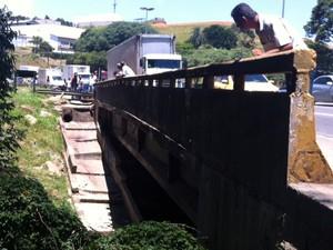 Mulheres foram encontradas em córrego (Foto: Paulo Piza/G1 São Paulo)
