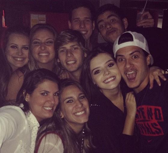Giovanna Lancellotti e Arthur Aguiar com amigos em festa (Foto: Instagram/ Reprodução)
