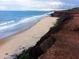 Turista argentino foi levado pela corretenza na praia das Minas, em Pipa, no litoral do RN  (Foto: Matheus Magalhães)
